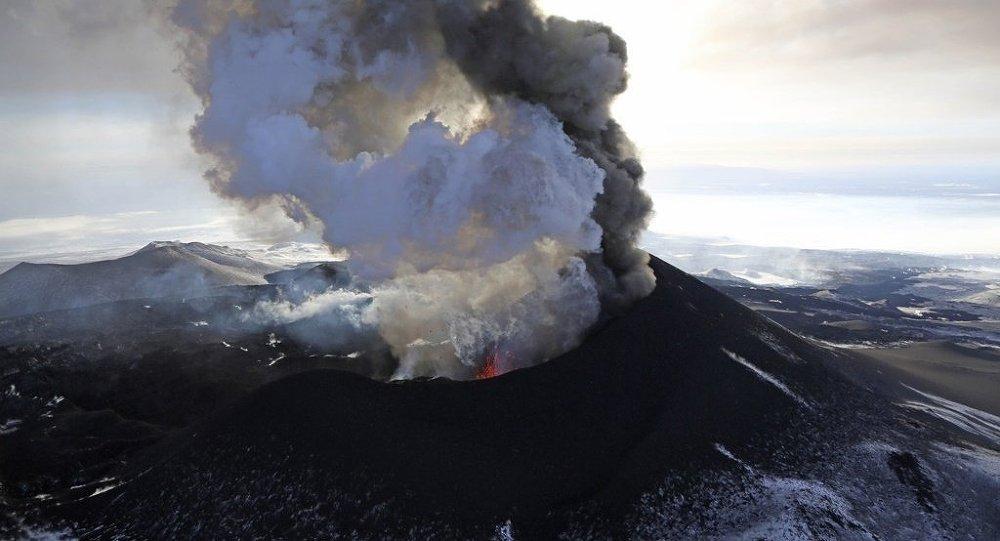 俄堪察加舍维留奇火山喷发 灰柱高达15000米