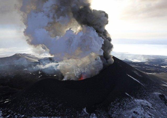 俄堪察加克柳切夫火山喷发蒸汽及火山灰对航空造成威胁