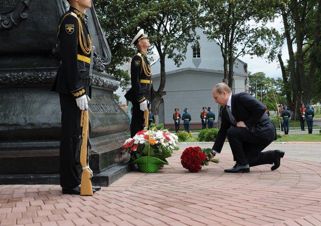 普京在波罗的斯克向彼得大帝一世纪念碑献花