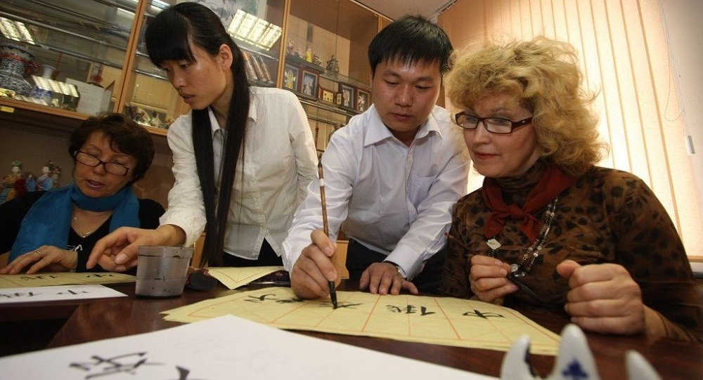近300名俄滨海边疆区学生比拼书法技艺