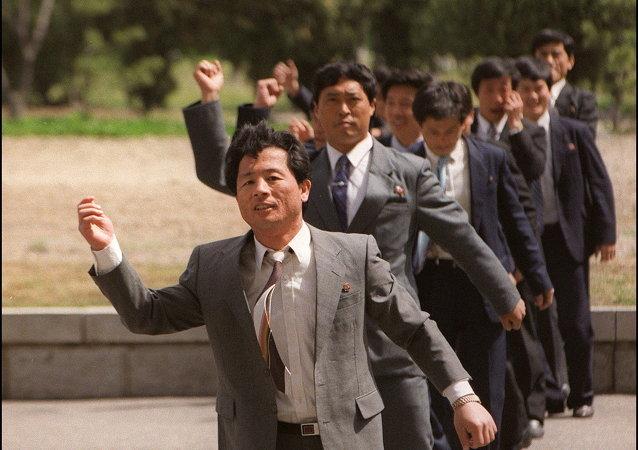 朝鲜一所知名大学的学生们在做操/资料图片/