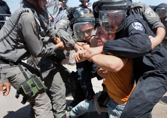 Полиция Израиля во время задержания правонарушителя в поселке Бейт-Эль