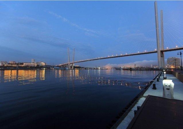 俄太平洋舰队举行首届国际冬泳比赛
