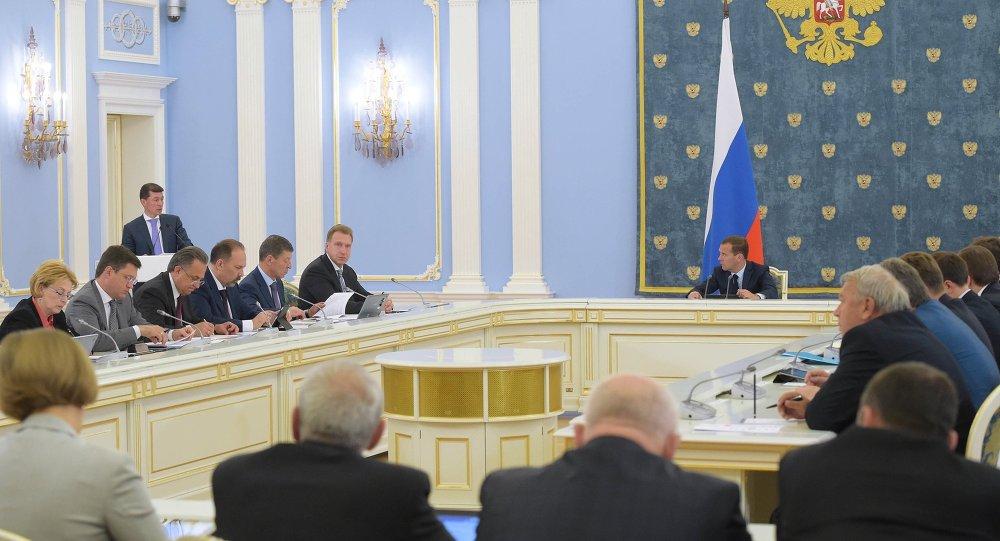 俄总理梅德韦杰夫在政府会议上表示