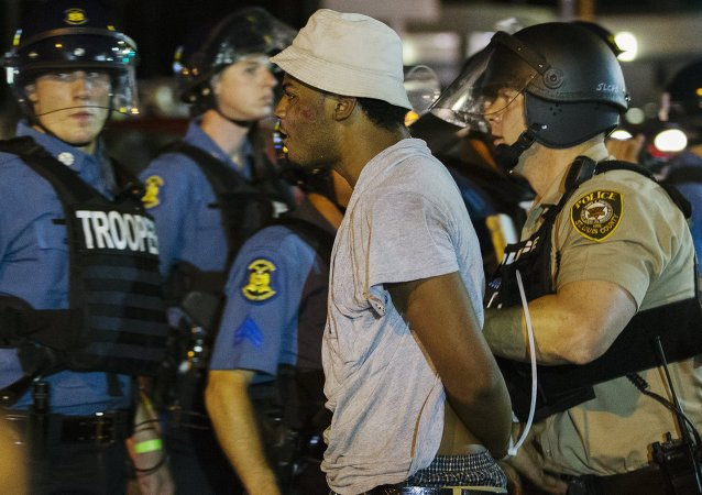 弗格森警方遭石块和瓶子袭击