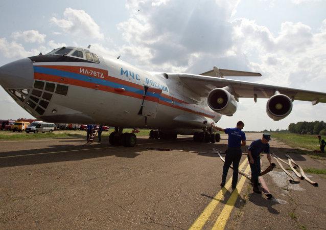 伊尔-76飞机在补充用于灭火的水