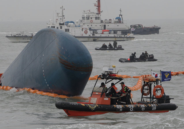 """中国两艘船只抵达韩国 将打捞沉没的""""世越号""""客轮"""