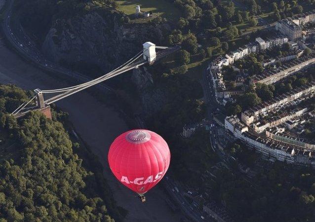 美国热气球下降时触碰电线导致3人受伤