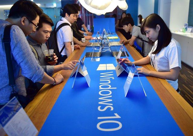 在首尔的游客检查Windows系统/资料图片/