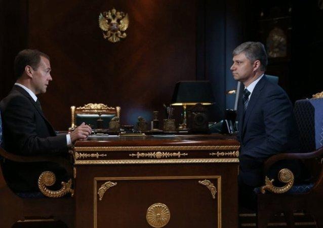 俄总理任命交通部第一副部长为俄铁新总裁
