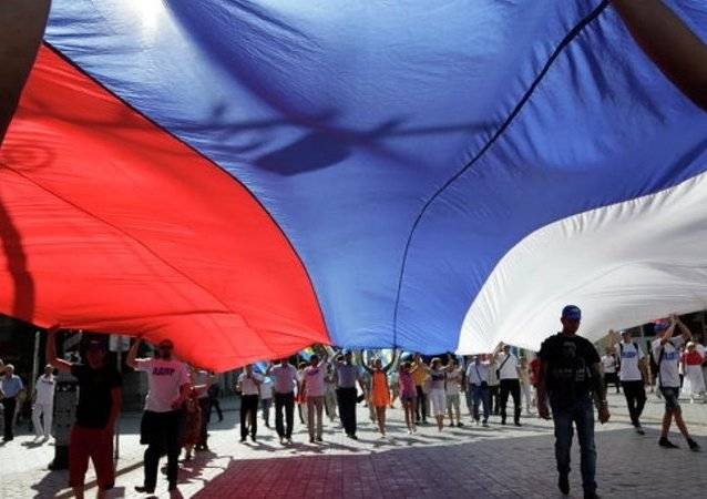 """俄总理与""""伊图鲁普""""青年教育论坛与会者共同庆祝国旗日"""