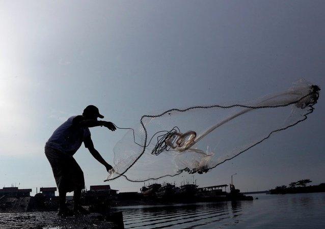 印尼当局炸毁了80多艘缴获的外国非法渔船