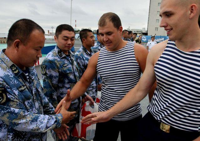 中国海军训练舰在符拉迪沃斯托克受到鲜花、盐和面包的欢迎礼遇