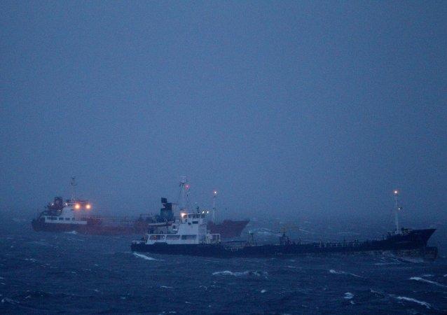 俄滨海边疆区拖船撞上沉没的驳船后漏洞