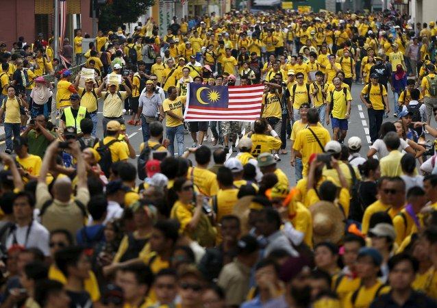数千名示威者走上马来西亚街头要求该国总理对贪污事件负责