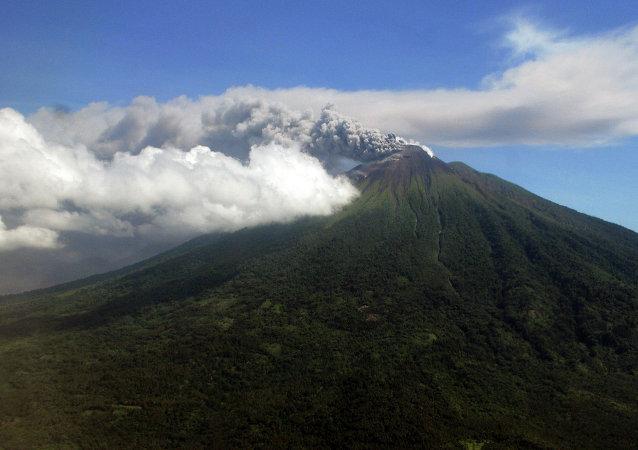 印尼北部国际机场因罗肯火山爆发而关闭