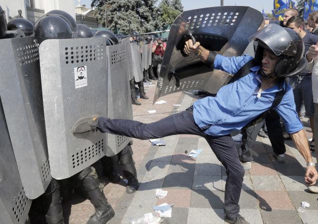 乌克兰内务部副部长在议会大楼外冲突中受伤