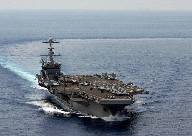 媒体:美国防部长视察位于中国南海的本国航母