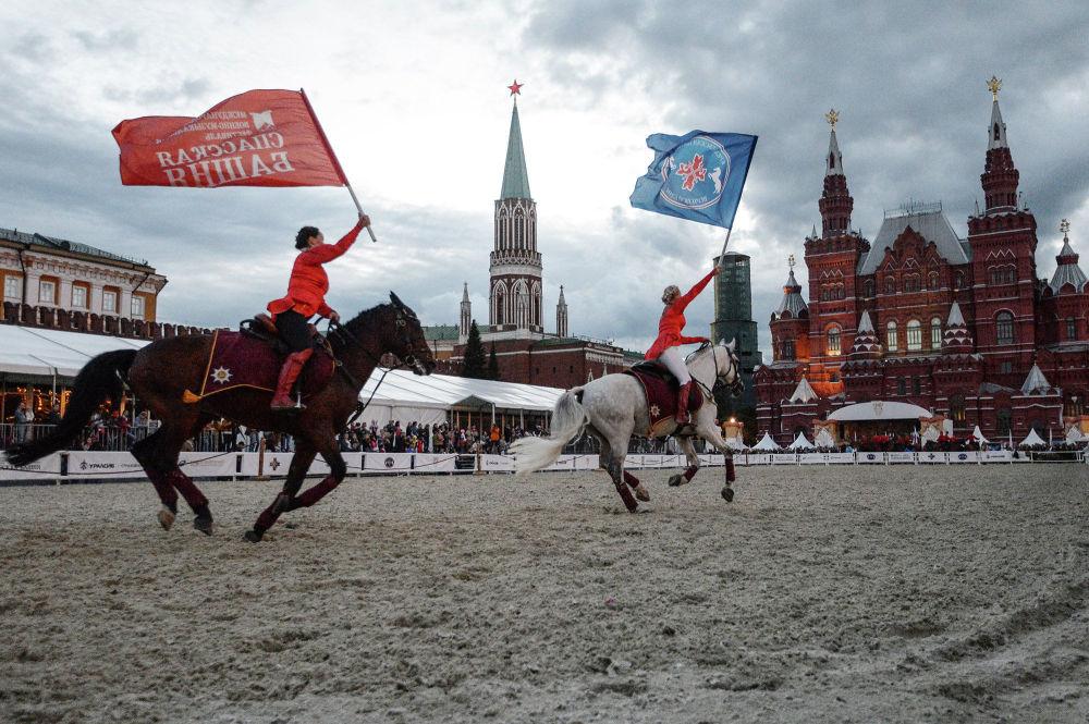 """由总统团荣誉骑兵队以及克里姆林宫马术学院组成的的特等骑术联合队在""""救世主塔""""国际军乐节 的框架下,在建立于莫斯科红场的克里姆林宫马术场进行了表演。"""