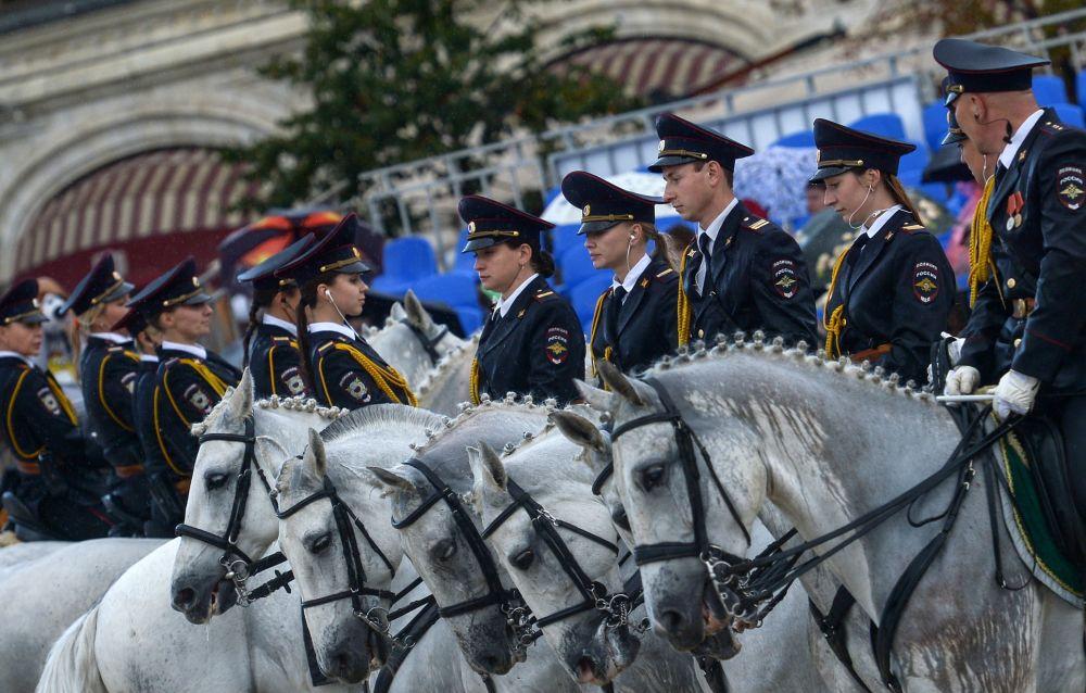 """骑兵警队成员在""""救世主塔""""国际军乐节 的框架下,在建立于莫斯科红场的克里姆林宫马术场进行了表演。"""