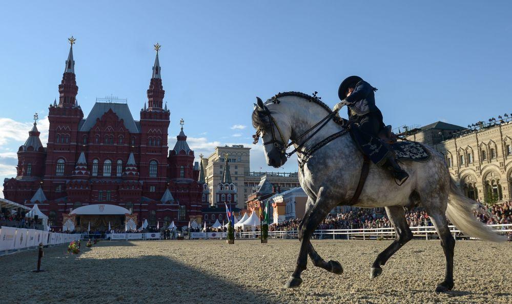 """皇家安达卢西亚马术艺术学院在""""救世主塔""""国际军乐节 的框架下,在建立于莫斯科红场的克里姆林宫马术场进行了以""""安达卢西亚马是如何舞蹈的?""""为主题的表演。"""