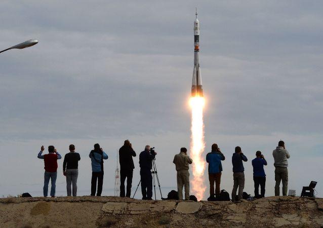 """""""联盟TMA-18M""""载人飞船搭载国际空间站第45/46期长期考察组从拜科努尔发射场发射升空。"""