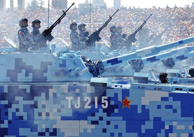 北京纪念二战胜利70周年阅兵式上驾战车的中国海军士兵