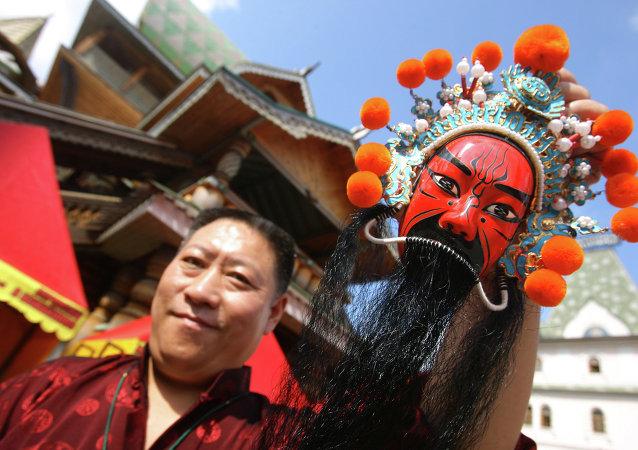 2015中国蒙古族服装服饰艺术节开幕 俄图瓦共和国亮相参演
