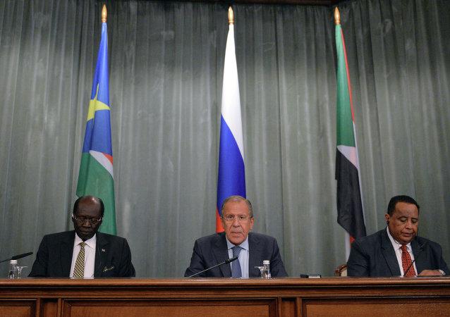 俄罗斯外长拉夫罗夫,苏丹外长甘杜尔和南苏丹外长本杰明