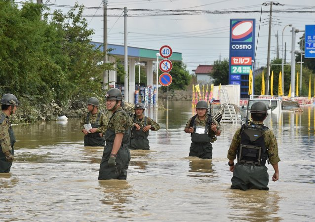 两千警察在日本常总市大坝决口后寻找失踪者