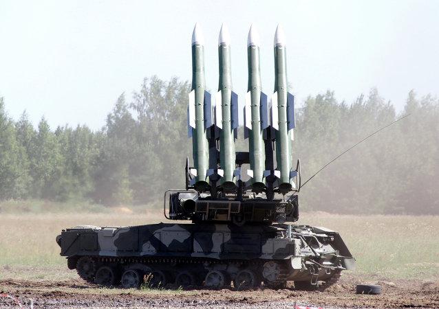 俄中央军区突击检查出动山毛榉M2防空导弹进行射击训练
