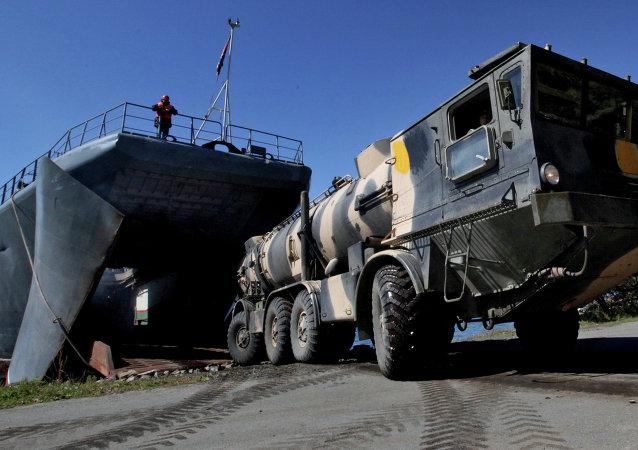 俄东部军区导弹部队进行车辆行军并操练防空技能