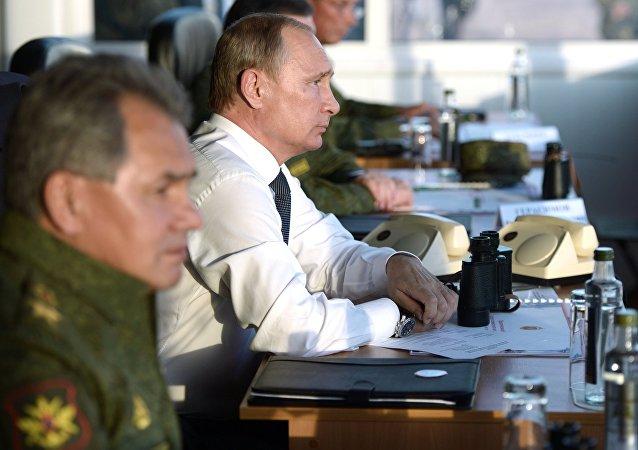 普京:中心2015演习展示出俄军工企业具有巨大潜力
