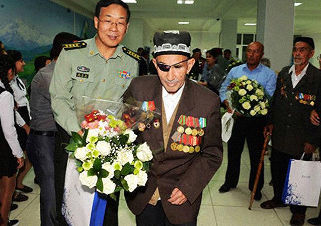 乌兹别克斯坦老兵和中国战友见面