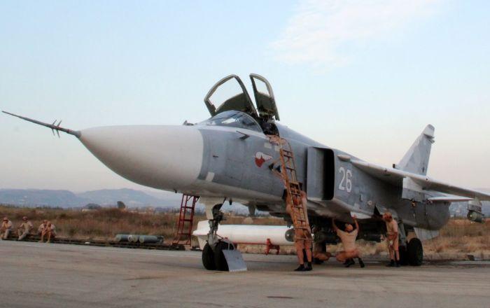 在拉塔基亚附近机场的俄罗斯苏-24战机