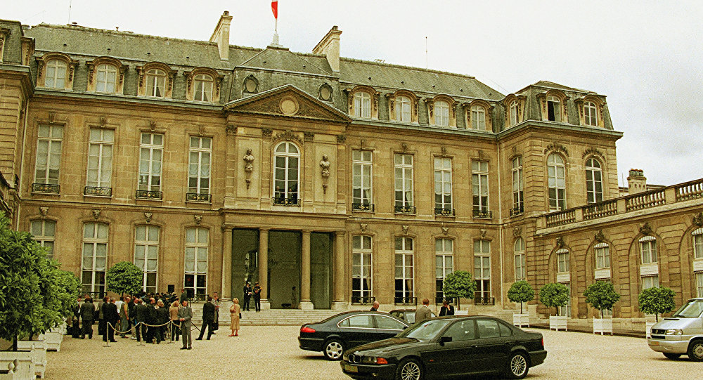 """俄羅斯總統普京、法國總統奧朗德、烏克蘭總統波羅申科和德國總理默克爾的會談在法國愛麗捨宮舉行。小範圍會談持續了約一個小時,隨後會談以擴大會議的模式繼續進行。 會談總共持續了4小時50分鐘。 上一次""""諾曼底模式""""最高層會晤2月11-12日在明斯克舉行,四國領導人就烏克蘭問題總共討論了16個小時。各方在此不眠之夜達成了第二份明斯克協議。"""