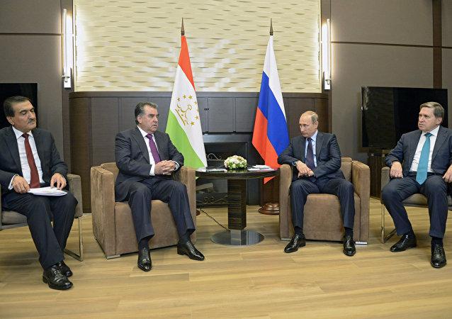 普京在会见拉赫蒙时表达对中亚局势的担忧