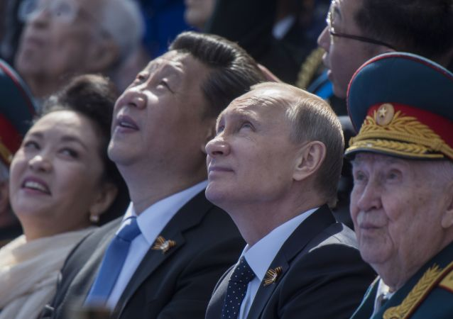 俄罗斯总统普京和中华人民共和国主席习近平及夫人在纪念伟大卫国战胜胜利的阅兵式上