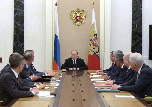 普京与俄联邦安全会议讨论叙利亚局势和空天部队作战情况