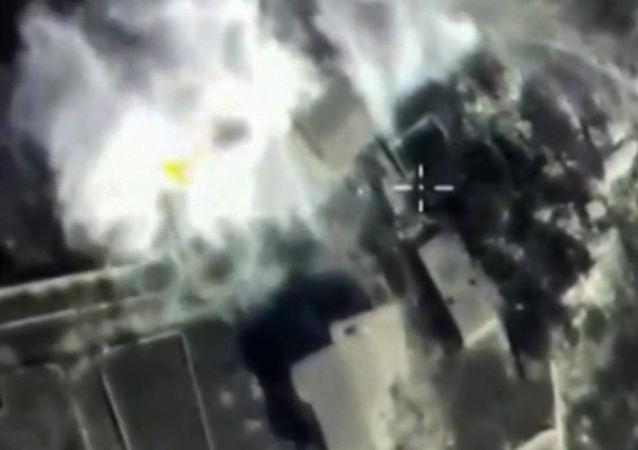 俄空天部队一天内空袭86次 摧毁伊斯兰国弹药和装备
