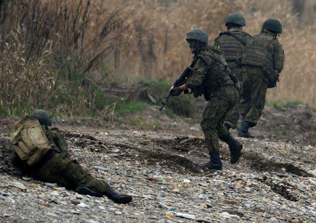 俄罗斯和巴基斯坦军人在演习期间在敌人后方进行破坏活动