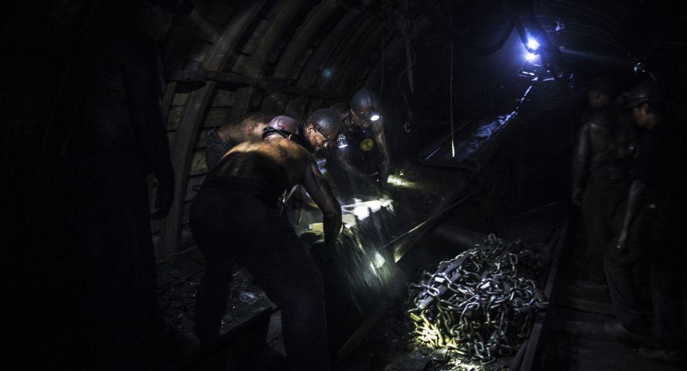 中国搜救者在意外发生后36天从坍塌矿井下救出四名生还矿工