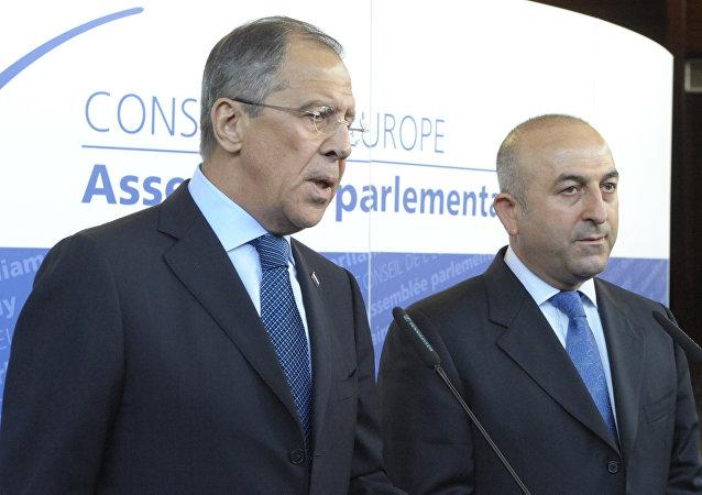 俄罗斯外长拉夫罗夫与土耳其正义与发展党副主席、前副外长梅夫吕特·恰武什奥卢(资料图片)