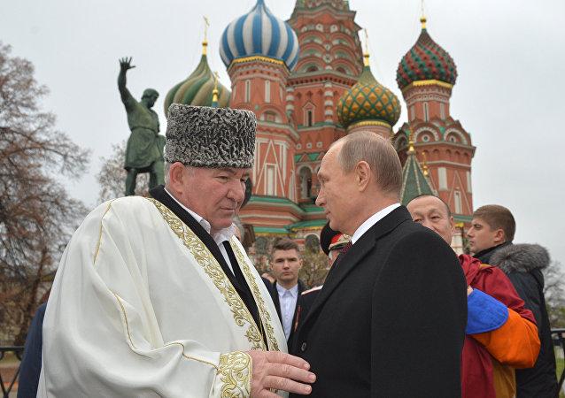 普京向红场上米宁与波扎尔斯基纪念雕像献花