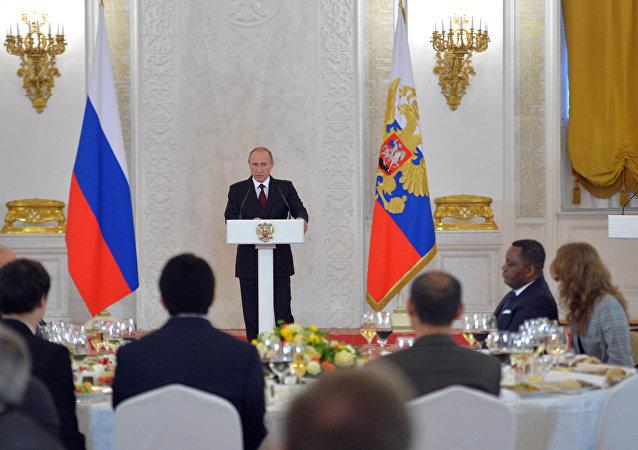 普京向外国公民颁发俄罗斯国家奖,其中包括中国代表
