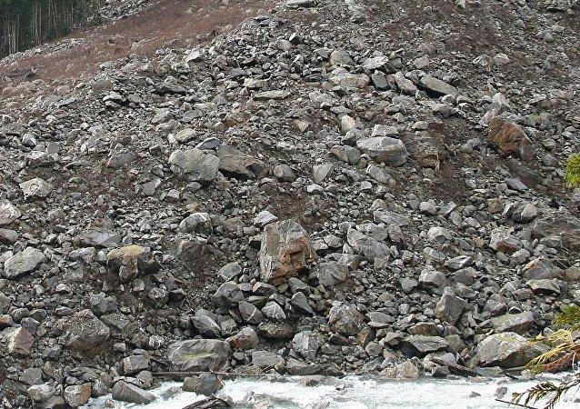 甘肃采石场山体崩塌 5人被埋