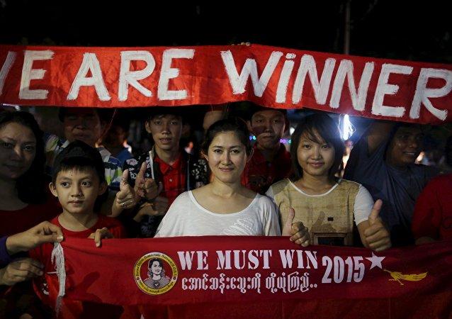 缅甸全国民主联盟总部外支持者聚集