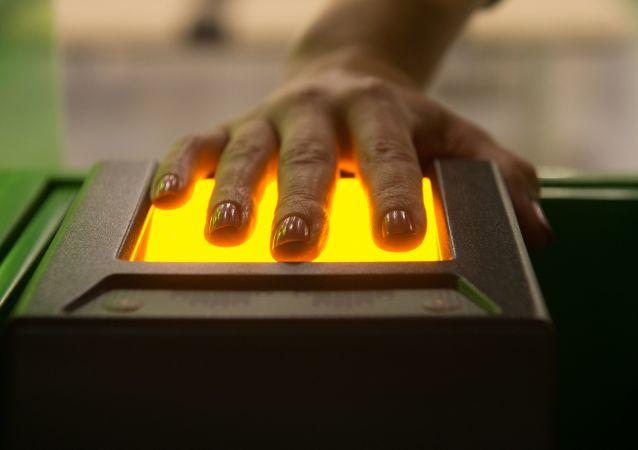 Сканирующее отпечатки пальцев устройство в визовом центре Pony Express в Москве