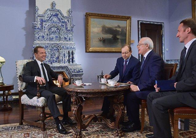 俄总理梅德韦杰夫接受《俄罗斯报》采访