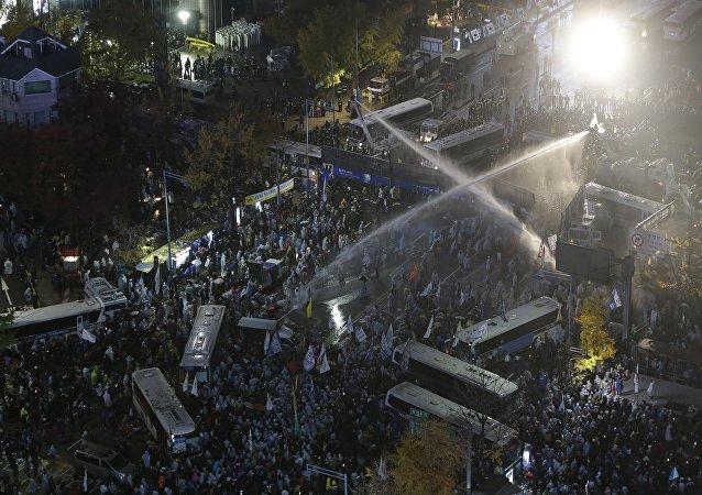 近30人在韩国的反政府示威游行中受伤